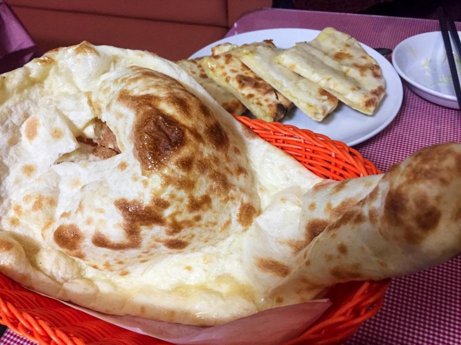 インド・ネパールレストランヒマラヤンナンとチーズナン