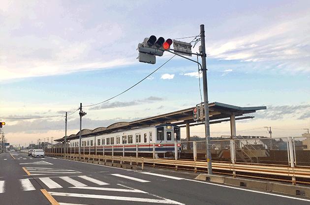 関東鉄道常総線ゆめみ野駅を通過するキハ昭和シェルゆめみ野ローソン