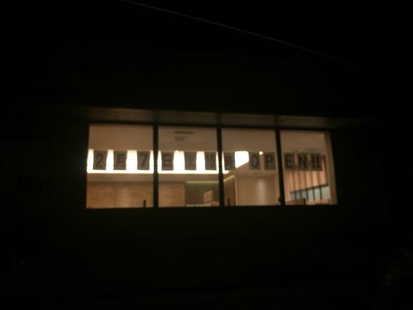 守谷市立沢に開店するやよい軒の明かりがついていました。