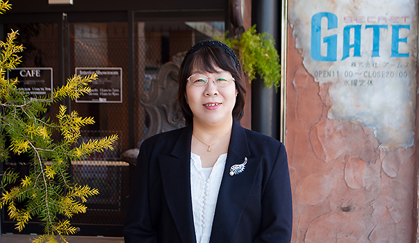 とねーがネットチイキビト2人目ブームスのシークレットゲートカフェ前にて。取手市在住小峰直保子さん韓国に15年もお仕事で行っていました。